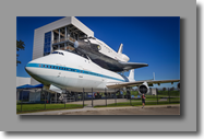 De spaceshuttle boven op een shuttle Carrier Aircraft NASA 905.